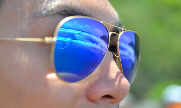 Ray-Ban-blue-mirror-aviators-beach